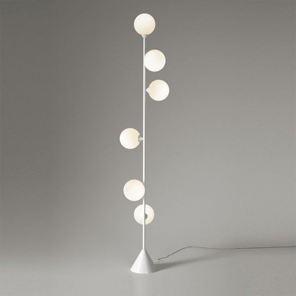 lampadaire vertical globe mise en scène by atelier areti