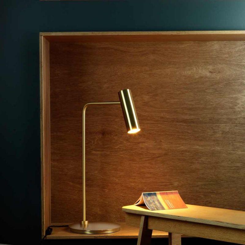 lampe de table heron dans un bureau