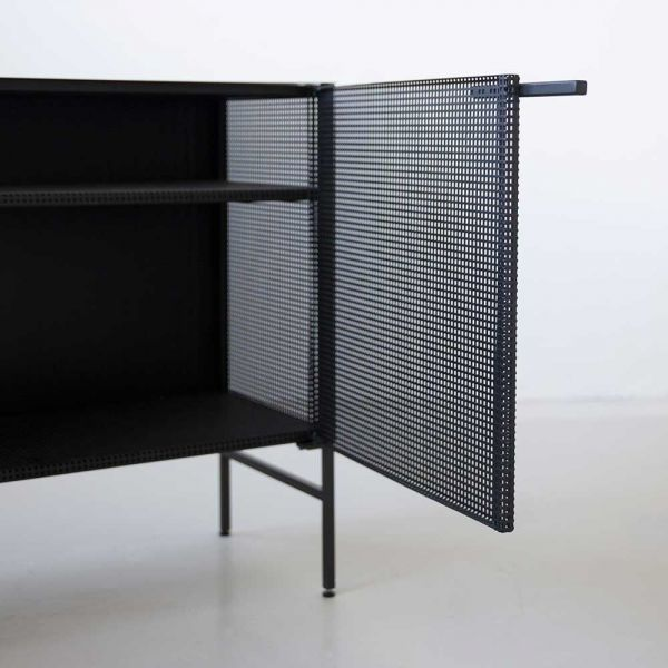 Buffet grid noir by Kristina Dam de près
