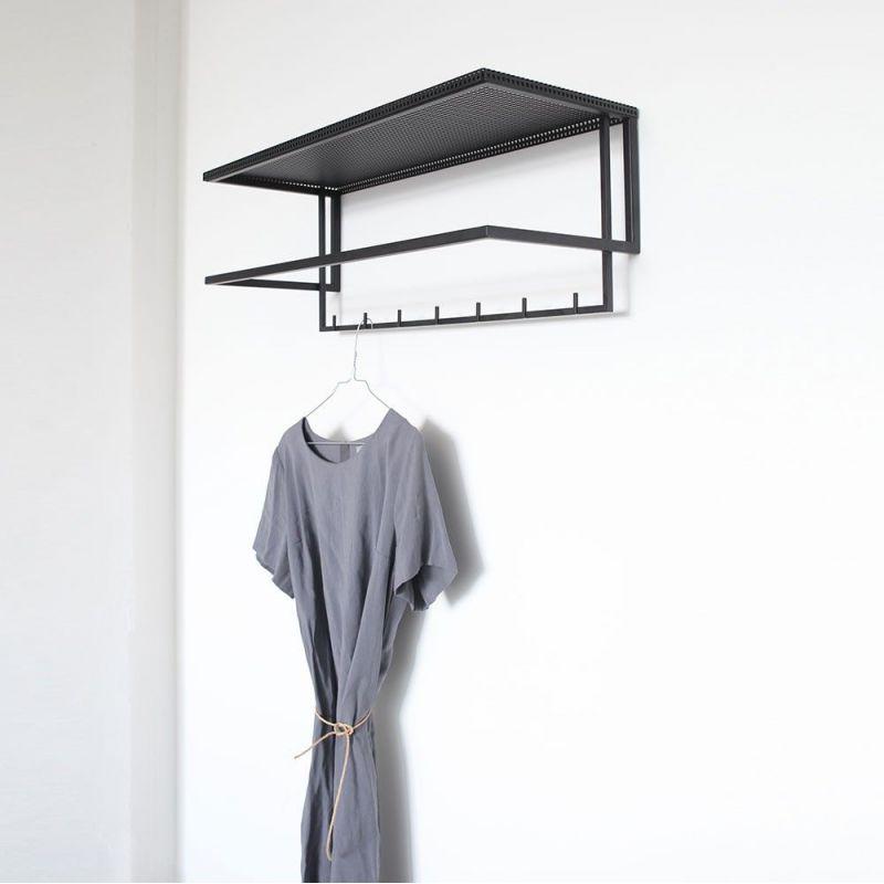 PORTE MANTEAUX GRID by Kristina Dam avec une robe