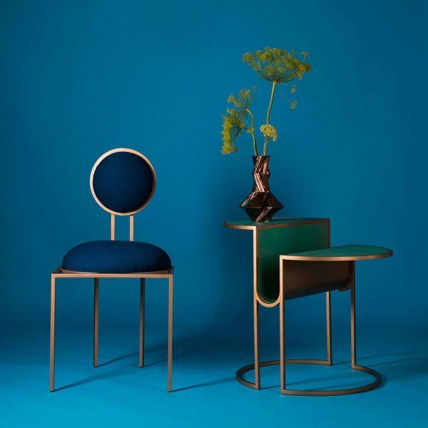 table d'appoint orbit fond bleu by bohinc studio