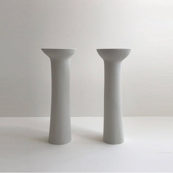 paire de bougeoirs pillar by malgorzata bany  fond  gris