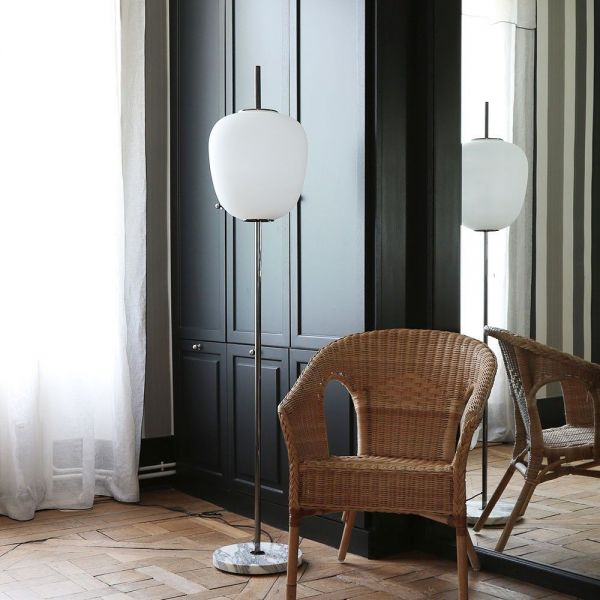 lampadaire J14 dans une salle by disderot