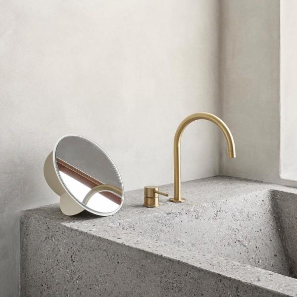 miroir sculpture dans une salle de bain