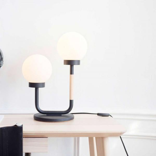 Lampe de table Little Darling noir sur la table